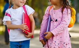 שתי ילדות הולכות ביחד לגן הילדים (אילוסטרציה: kateafter | Shutterstock.com )
