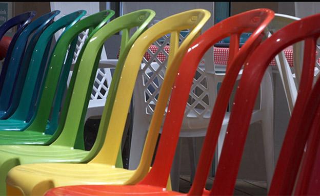 כסא הפלסטיק הלאומי שהפך לנשק. צפו (צילום: החדשות)