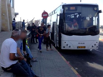 נוסעים מחוץ לאוטובוס, ארכיון - למצולמים אין קשר...