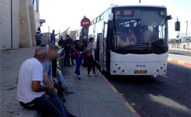 נוסעים מחוץ לאוטובוס, ארכיון - למצולמים אין קשר... (צילום: חדשות)