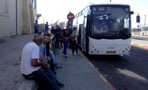 נוסעים מחוץ לאוטובוס, ארכיון - למצולמים אין קשר... (צילום: רוני מרדכי, חדשות 2)