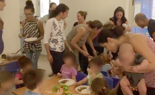 הורים מאכילים ילדים בצהרון (צילום: חדשות)
