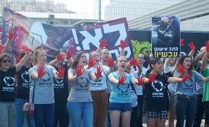 פעילי אנונימוס מפגינים מול בית המטבחיים בחיפה (צילום: אנונימוס, חדשות)