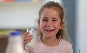 ילדה שותים חלב (צילום: גבע טלמור, יחסי ציבור)