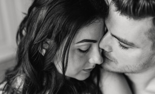 גבר ואישה מחובקים שחור לבן (צילום: kateafter | Shutterstock.com )