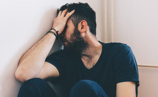 גבר בוכה (צילום: shutterstock | Marjan Apostolovic)