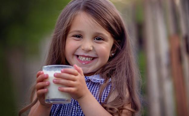 ילדה שותה חלב (אילוסטרציה: By Dafna A.meron, shutterstock)