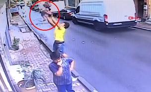 טורקיה: בת שנתיים ניצלה בנס מנפילה מקומה שנייה (צילום: רויטרס, חדשות)
