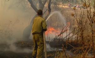 חיילים מטפלים בשריפות בעוטף עזה (צילום: החדשות)