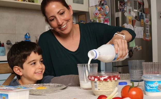 ילדים אוכלים מוצרי חלב (צילום: גבע טלמור, יחסי ציבור)