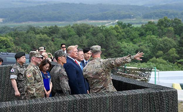 טראמפ ומון משקיפים על צפון קוריאה (צילום: AP, חדשות)