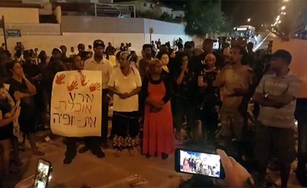 מפגינים יורים זיקוקים (צילום: אביחי מרציאנו, רדיו דרום, חדשות)