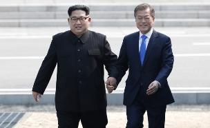 קים ומון בפסגה הקודמת (ארכיון) (צילום: AP, חדשות)