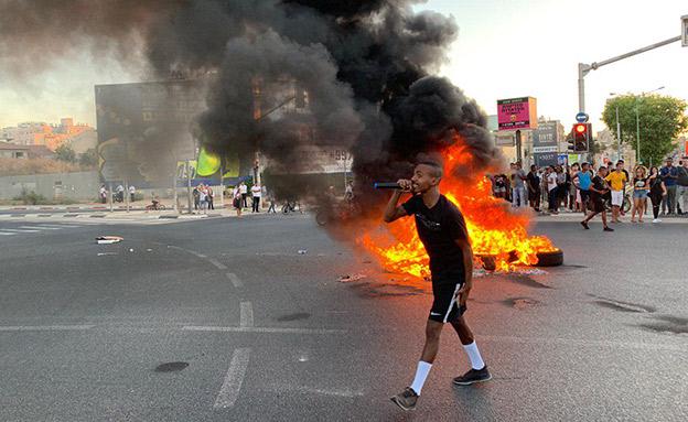 שריפת צמיגים בפתח תקווה, אתמול (צילום: חדשות)
