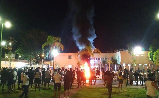 אש בתחנת משטרת אשקלון (צילום: חדשות)