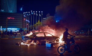 רכב בוער ליד מגדלי עזריאלי, אמש (צילום: אדם שולדמן, פלאש 90, חדשות)