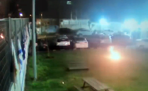 תיעוד: בקבוקי תבערה מושלכים על תחנת משטרה בבאר... (צילום: דוברות המשטרה, חדשות)