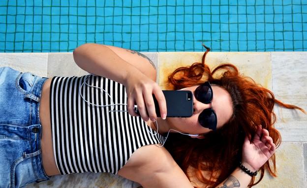 אישה עם משקפי שמש ליד בריכה (צילום: bruno gomiero, unsplash)
