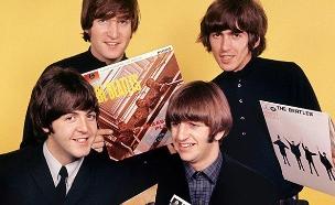 הלהקה עם אלבומם הראשון (צילום: CNN, חדשות)