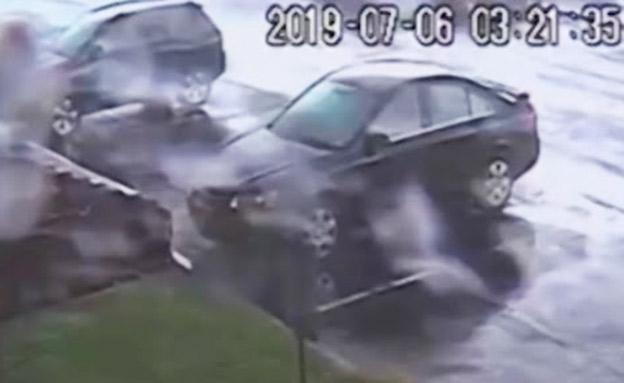 כשהטורנדו הפך מכונית. צפו (צילום: CNN, חדשות)
