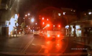 אוטובוס חוצה ברמזור אדום (צילום: ללא קרדיט, חדשות)