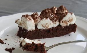 פרוסת עוגת פאדג' שוקולד בשני מרכיבים (צילום: רון יוחננוב, אוכל טוב)