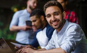 פנסיה לצעירים (צילום: shutterstock By Lipik Stock Media)