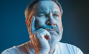 איש צופה בטלוויזיה  (צילום: kateafter | Shutterstock.com )