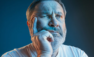 איש צופה בטלוויזיה  (צילום: By Dafna A.meron, shutterstock)