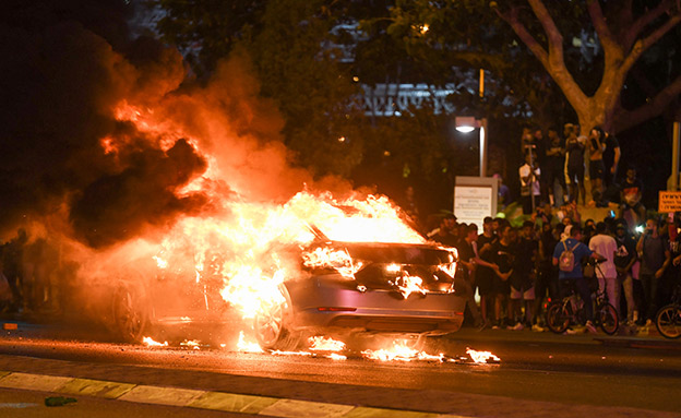 הצתת הרכב בתל אביב בזמן המחאה (צילום: פלאש 90, חדשות)