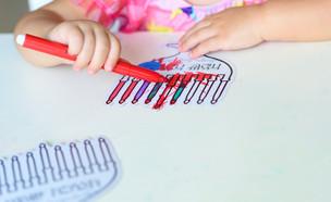 ילדה מציירת חנוכיה  (אילוסטרציה:  Inna Reznik, shutterstock)