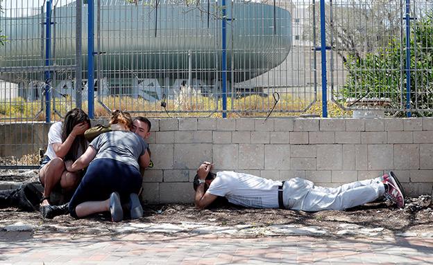 תושבים שנקלעו לאזעקה (ארכיון) (צילום: רויטרס, חדשות)