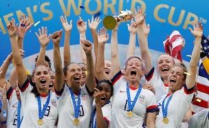 """נבחרת הנשים של ארה""""ב חוגגת ניצחון, אמש (צילום: רויטרס, חדשות)"""