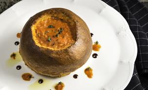 מרק עגבניות בקערת לחם  (צילום: יעל יצחקי, אוכל טוב)