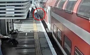 תיעוד: האם מעלה את העגלה לרכבת שנוסעת בלעדיה (צילום: רכבת ישראל, חדשות)