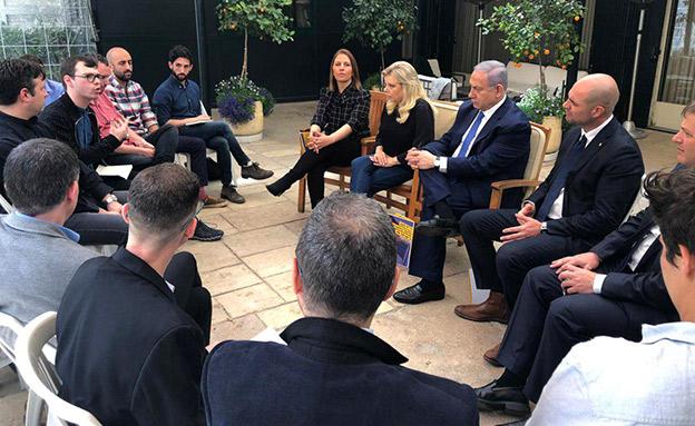 """הפגישה של נציגי הקהילה הגאה עם רה""""מ (ארכ (צילום: לשכת רה""""מ, חדשות)"""