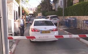 """חוקרי המשטרה בכניסה למעון רה""""מ (צילום: החדשות)"""