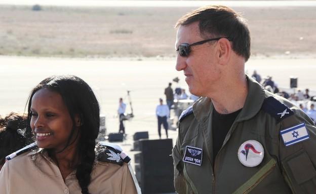 אסף אגמון עם מי שהייתה אז רופאה של בסיס חצרים  (צילום: עופר צידון)