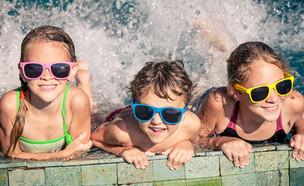 ילדים עם משקפי שמש בבריכה (אילוסטרציה:  altanaka, shutterstock)