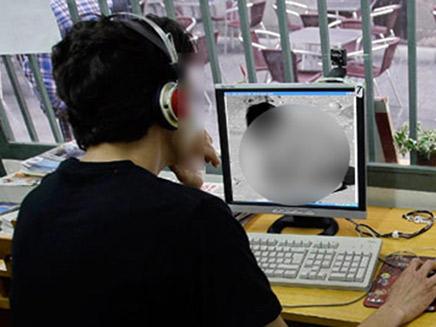 נער רואה פורנו פדופיליה במחשב