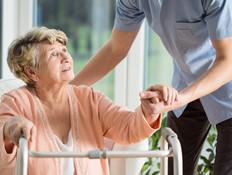 עובד זר שטיפל בקשישה ולא קיבל זכויות יפוצה