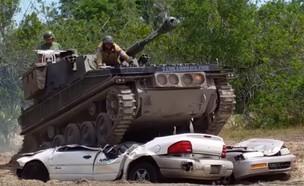 טנק מרסק מכוניות (צילום: Something2LookAt@YouTube)
