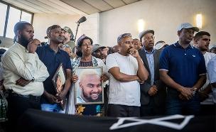 """משפחתו של טקה ז""""ל בהלוויתו (צילום: יונתן זינדל, פלאש 90, חדשות)"""