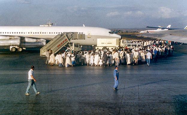 יהודי אתיופיה סמוך למטוס (צילום: בנימין לפיד, חדשות)