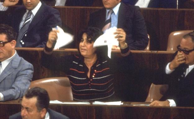 """גאולה כהן קורעת את הסכמי השלום (צילום: החדשות 12, לע""""מ)"""