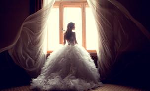 כלה עומדת בחלון  (צילום: By Dafna A.meron, shutterstock)