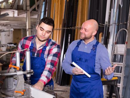 אבא ובן עובדים יחד בעסק