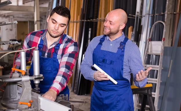 אבא ובן עובדים יחד בעסק (אילוסטרציה: By Dafna A.meron, shutterstock)