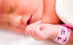 תינוקת עם צמיד בית חולים (צילום: אימג'בנק / Thinkstock)