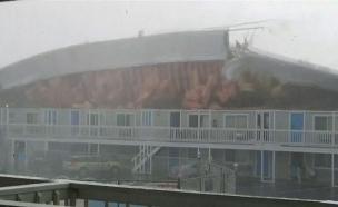 גג המלון ניתק ממקומו (צילום: רויטרס, TERRY - ANN SIMPSON, חדשות)